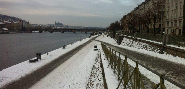 Ruas de Praga com muita neve em registro feito em Janeiro de 2017