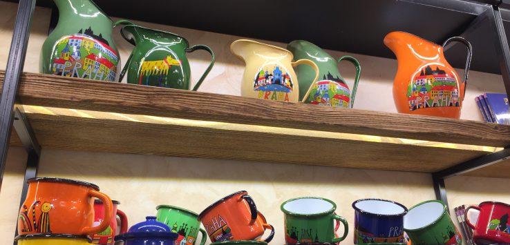 Louças de esmalte, pintadas à mão da empresa Smaltum, típica da República Tcheca