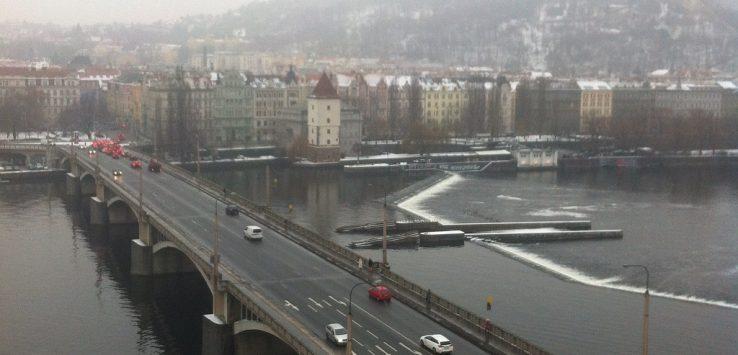 Panorama da capital tcheca do alto da Casa Dançante, mostrando como é a República Tcheca em Fevereiro